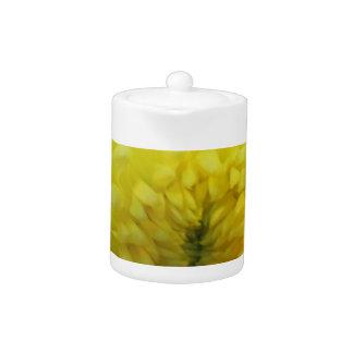 Tetera amarilla de la flor
