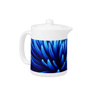 Tetera azul de la flor del crisantemo