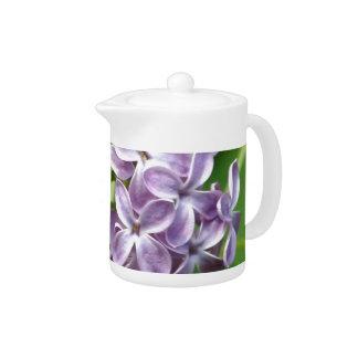 tetera con la foto de lilas púrpuras hermosas