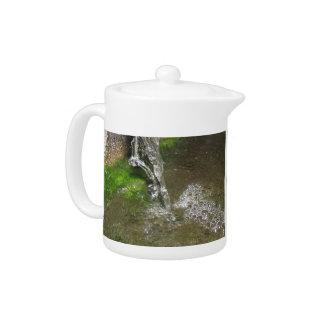 Tetera de goteo del agua de la cascada que burbuje