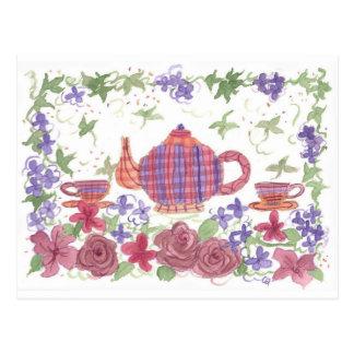 Tetera del tiempo del té y postal de las flores