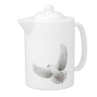 Tetera grande de las palomas blancas que vuela