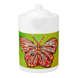 Tetera media con la mariposa brillante