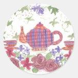 Tetera y flores del tiempo del té etiqueta redonda