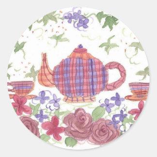 Tetera y flores del tiempo del té pegatina redonda