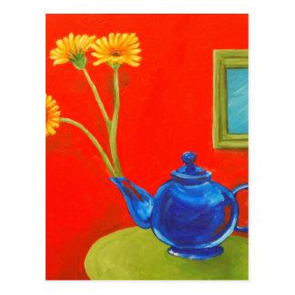 Tetera y margaritas azules postal