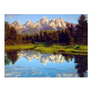 Tetons magnífico que refleja en el río Snake Postal
