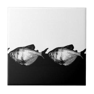 Tetra pescados de la falda negra en una línea azulejo cuadrado pequeño