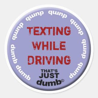 Texting mientras que conduce pegatina redonda