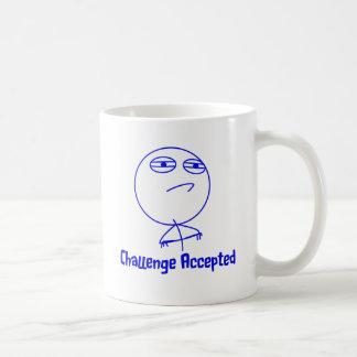 Texto azul y blanco aceptado desafío taza de café