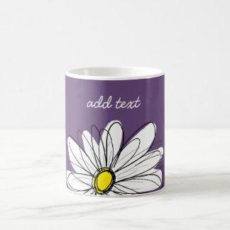 Texto caprichoso púrpura y amarillo del taza básica blanca