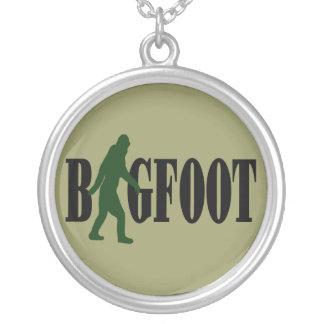 Texto de Bigfoot y gráfico verde del squatch Colgante Redondo