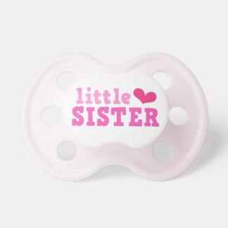Texto del rosa de la pequeña hermana con personali chupetes para bebés