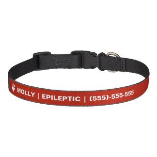 Texto epiléptico y pata blanca con el collar de perro