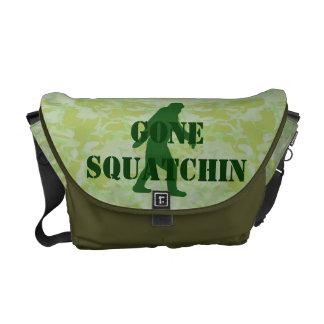 Texto ido de Squatchin en camuflaje verde Bolsa De Mensajeria