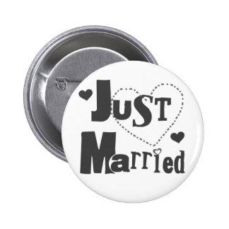 Texto negro con el corazón apenas casado pins