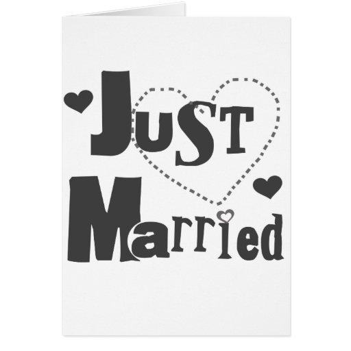 Texto negro con el corazón apenas casado tarjeta de felicitación