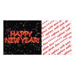 Texto rojo w/Confetti de la Feliz Año Nuevo Tarjeta Fotografica Personalizada