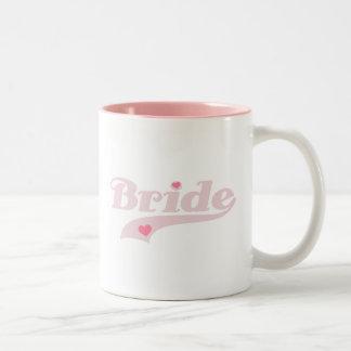 Texto rosado con la novia de los corazones taza de dos tonos
