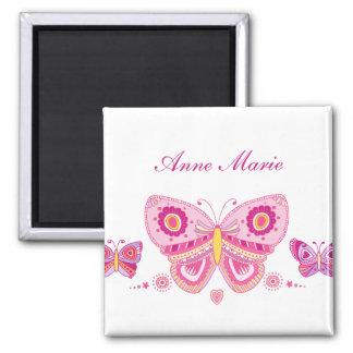 Texto rosado del personalizado de las mariposas imán cuadrado