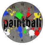 Texto y salpicaduras de Paintball en el hormigón Relojes De Pared