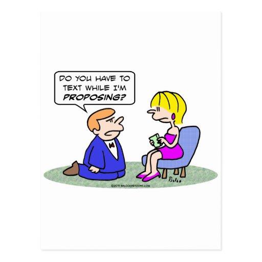 Textos del chica mientras que el individuo propone tarjeta postal