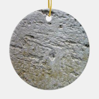 Textura aserrada de la piedra caliza con la sombra adornos de navidad