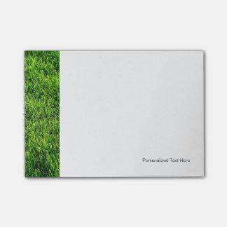 Textura de la hierba verde de un campo de fútbol notas post-it®