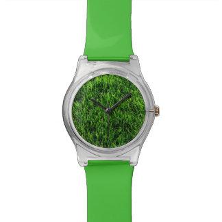 Textura de la hierba verde de un campo de fútbol relojes de pulsera