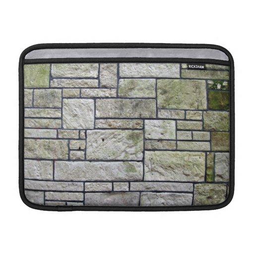 Textura de la pared de piedra cubierta con los mus fundas MacBook