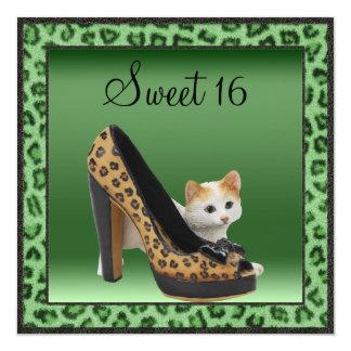 Textura de la piel del verde del zapato del gatito invitacion personalizada