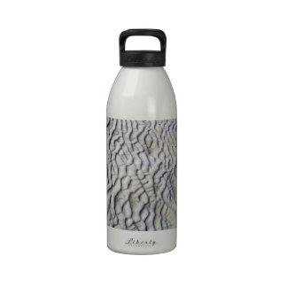 Textura de las ondas de arena botella de beber