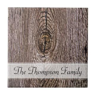 Textura de madera del grano con el texto de encarg azulejo cuadrado pequeño