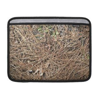 Textura del fondo de las hojas secas del pino funda  MacBook