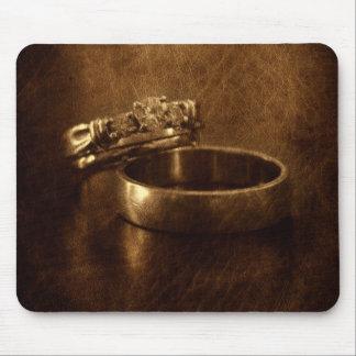 textura elegante del cuero de los anillos de bodas alfombrilla de ratón