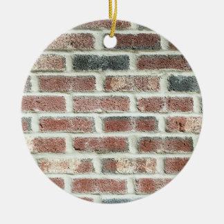 Textura gris del ladrillo del fondo de la pared de adorno navideño redondo de cerámica