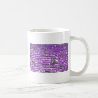 Textura púrpura de la pared de ladrillo del vintag tazas