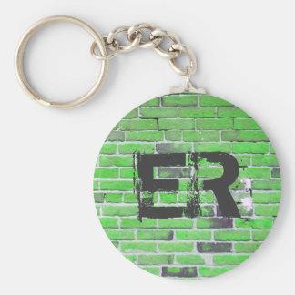 Textura verde con monograma de la pared de ladrill llavero