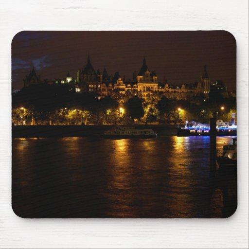 Thames en la noche en Londres central Mousepad