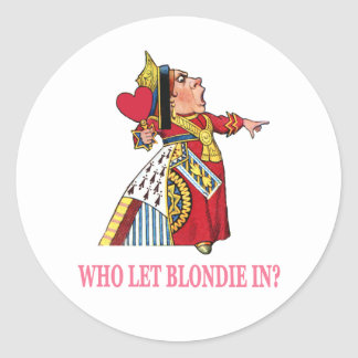 """THE QUEEN OF HEARTS ASKS, """"WHO LET BLONDIE IN?"""" CLASSIC ROUND STICKER"""