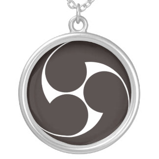 The right three-sided crest round pendant necklace