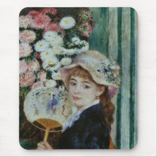 The young woman where it has the round fan mousepad