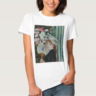 The young woman where it has the round fan t-shirt