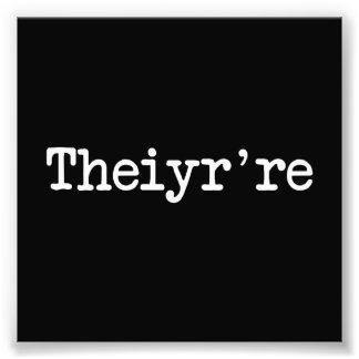 Theiyr're su allí son error tipográfico de la fotografias