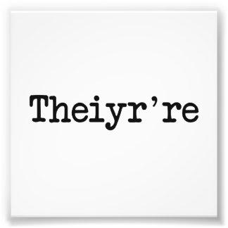 Theiyr're su allí son error tipográfico de la fotos