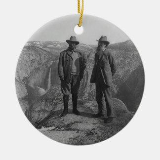 Theodore Roosevelt y John Muir en punto del Adorno Navideño Redondo De Cerámica