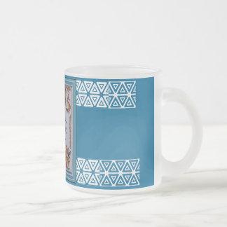 Thine posee a uno mismo taza de café