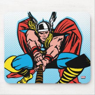 Thor que balancea Mjolnir adelante Mouse Pads
