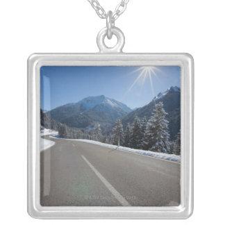 Thrugh vacío idílico del camino un paisaje del inv joyeria personalizada