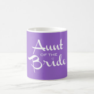 Tía del blanco de la novia en púrpura taza básica blanca